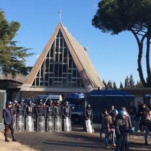 Roma, tensioni per lo sgombero sulla Prenestina, 15 arresti