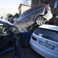 Roma, suv in retromarcia si arrampica su altre macchine a piazza Mazzini