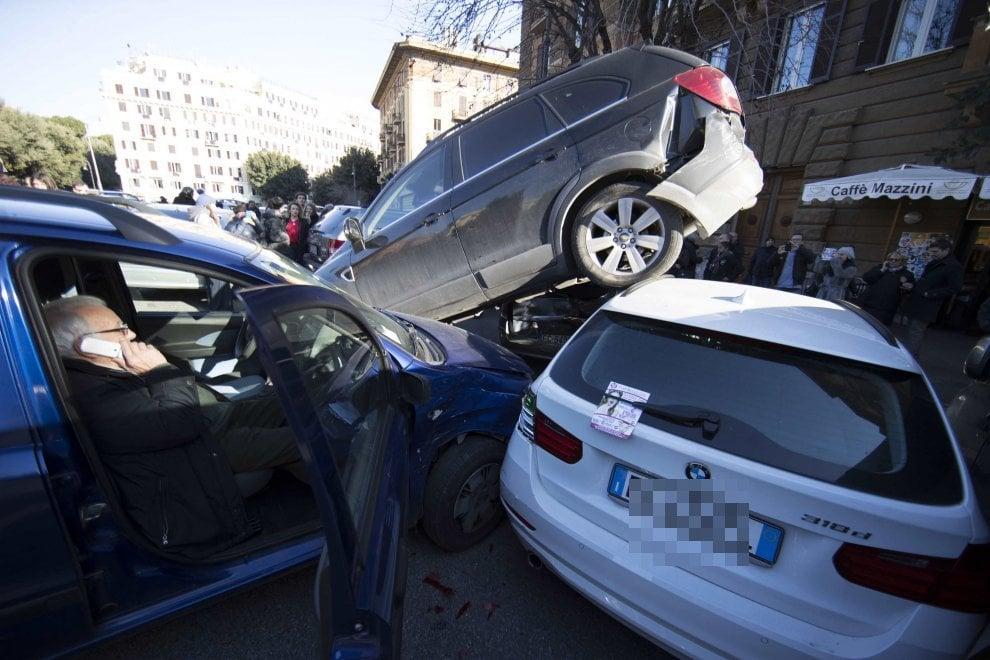 Roma, Suv In Retromarcia Si Arrampica Su Altre Macchine A Piazza Mazzini ...