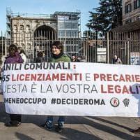 Roma, protesta degli ex lavoratori della Muratella: in tre salgono sull'Arco
