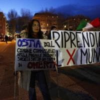 Roma, la sinistra e CasaPound insieme in marcia a Ostia