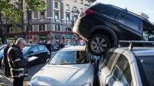 Suv in retromarcia  si arrampica su auto