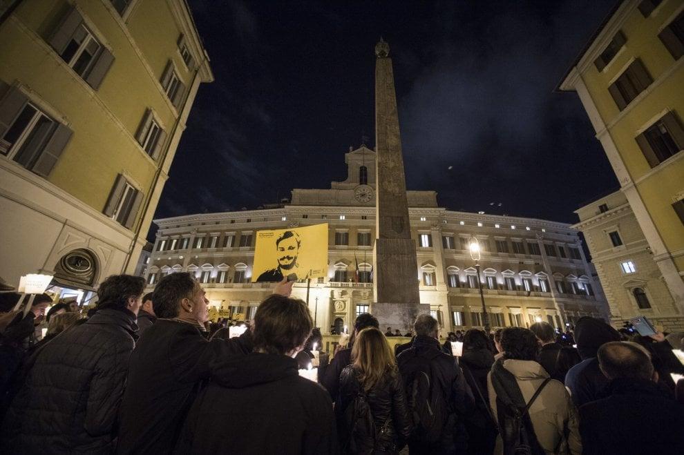 Roma, fiaccole a Montecitorio per ricordare Giulio Regeni