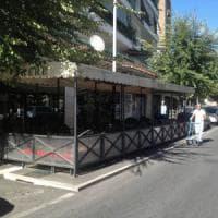 Roma, tavolino selvaggio a Ponte Milvio: la procura indaga sui permessi facili