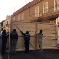 Nettuno, barriere intorno a palazzi pericolanti. La protesta: