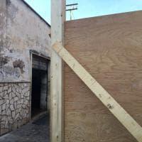 Nettuno, barriere di legno intorno ai palazzi pericolanti. La protesta dei cittadini