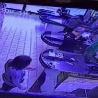 Acilia, paura al supermercato: rapina con le pistole in pugno - VIDEO