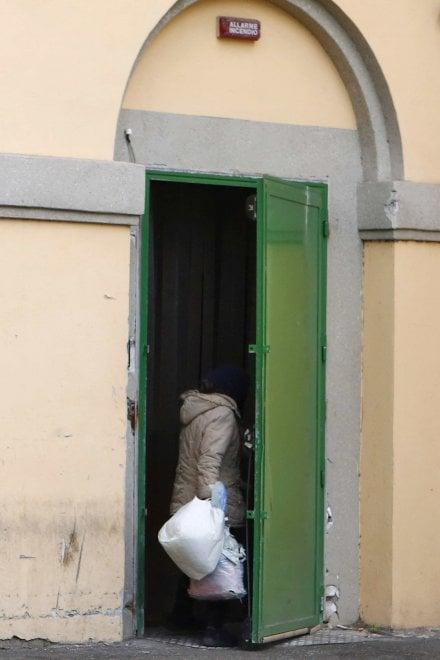 Roma, degrado al San Camillo: il padiglione dismesso diventa il rifugio dei clochard