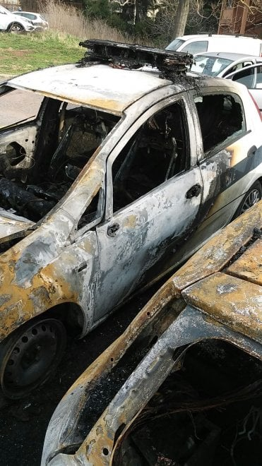 Roma, incendio distrugge tre auto dei vigili urbani