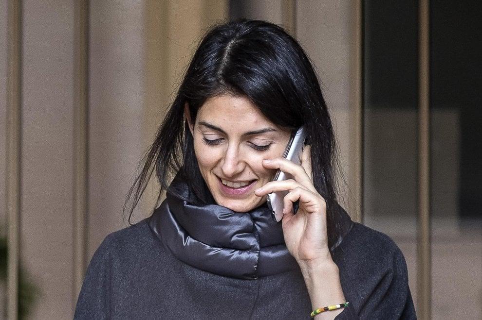 Roma, Raggi la mattina dopo l'interrogatorio, tra telefonate e cronisti