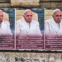 Manifesti contro papa Francesco affissi a Roma, subito rimossi