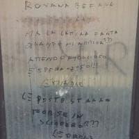 Tivoli, prof scrive sul muro di scuola: