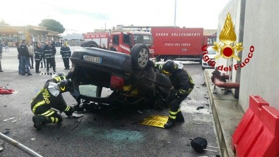 Roma, auto finisce giù dalla tangenziale nel deposito bus: conducente grave