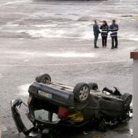 Roma, auto vola giù dalla tangenziale e finisce nel deposito Atac