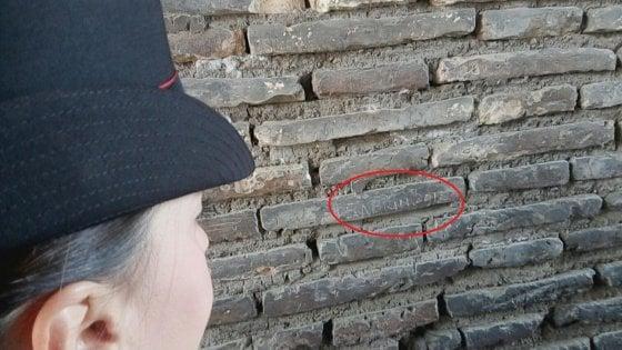 Roma, incide il suo nome sul Colosseo: turista francese denunciata
