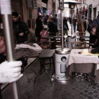 """Roma,  caos tavolino selvaggio. """"Illegale il 30 per cento un affare da 140 milioni"""""""