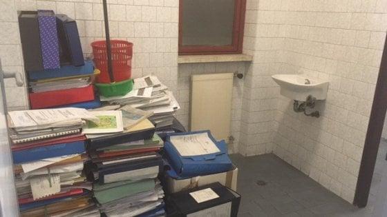 Roma il bagno per archivio la catasta di faldoni all 39 assessorato mobilit - Amico bagno firenze ...