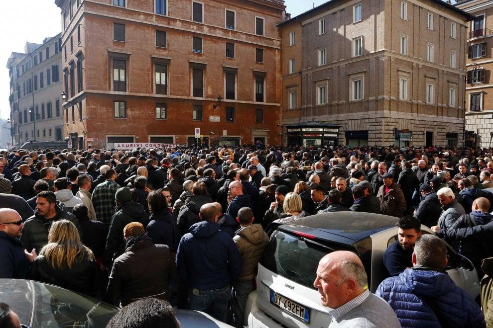 Roma, sciopero taxi: corsie deserte a Fiumicino e presidio al Senato