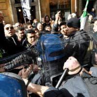 Roma, protesta dei tassisti, centro in tilt. Raggi: