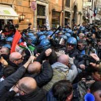"""Roma, protesta dei tassisti: scontri in centro, feriti e quattro fermi. Raggi: """"Al loro..."""
