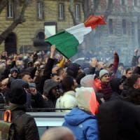 Roma, scontri durante la protesta dei taxi: cento persone identificate