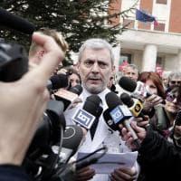 Roma, Raggi in ospedale: l'attesa fuori dal San Filippo Neri tra cronisti e visite