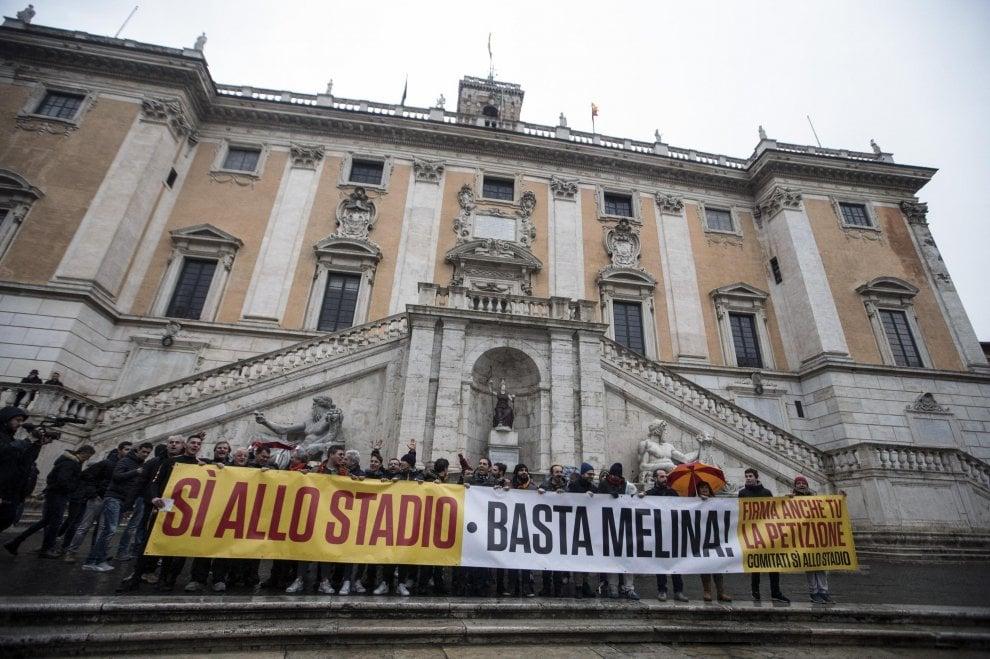 """Stadio della Roma, sit-in dei tifosi in Campidoglio: """"Famolo, basta melina"""""""
