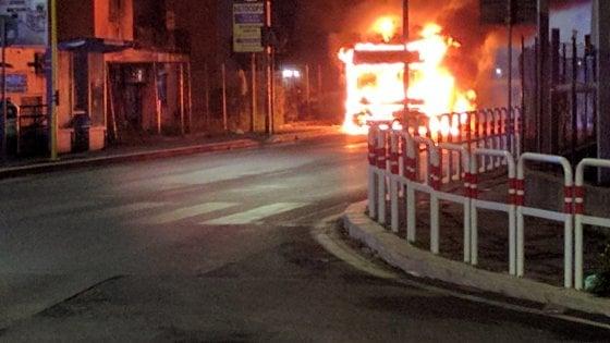 Roma, bus in fiamme nella notte a Pineta Sacchetti: evacuato un palazzo