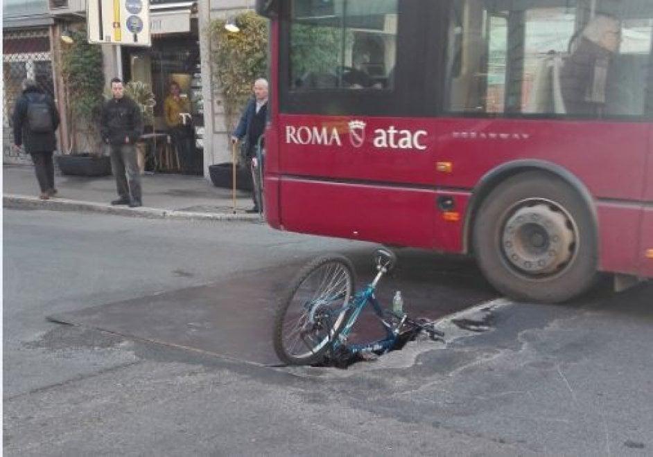 Roma, la buca non è coperta bene, il ciclista finisce nella voragine