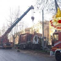 Roma, camion Ama finisce contro un albero sulla Gianicolense