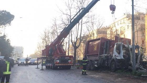 Roma, camion Ama contro un albero sulla Gianicolense