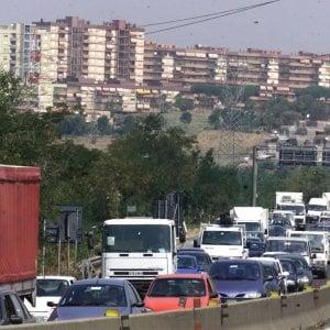Terrore sulla Pontina, sassi contro le auto e ostacoli in strada per provocare incidenti