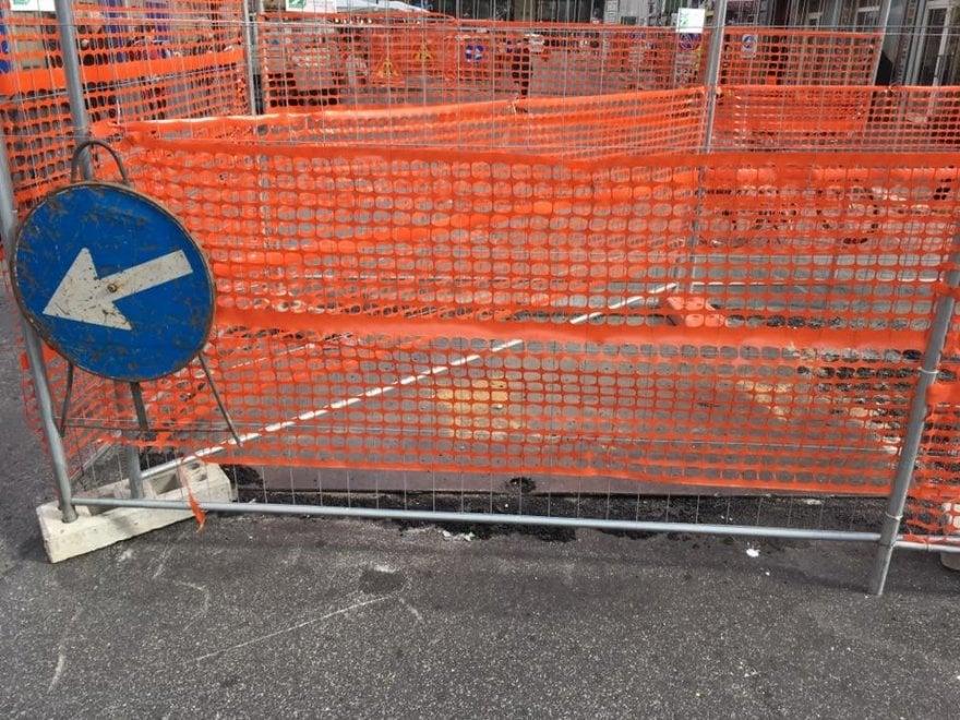 Roma, ciclista cade in una buca: multata la ditta, voragine transennata
