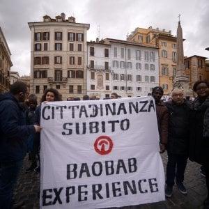 """Roma, un selfie in piazza per la cittadinanza: """"Amiamo l'Italia"""""""