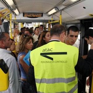 """Roma, l'Atac lancia la campagna anti evasione: nel 2016 +26% di multe. Fantasia: """"Tornelli in uscita su metro C"""""""