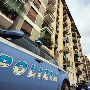 Roma, tenta di truffare anziana per farsi dare soldi e tenta di rubarle fede: arrestato