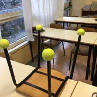 Palline da tennis sotto le sedie: il rimedio anti rumore in una scuola romana