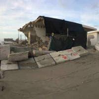 Roma, mareggiata a Fregene distrugge il tetto e la terrazza de La Nave