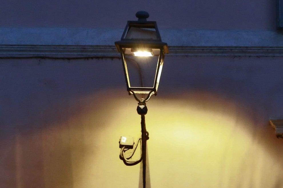"""Roma, le nuove luci al led nei vicoli del centro. I residenti: """"La città pare un obitorio"""""""