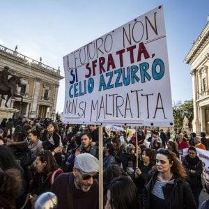 Roma, protesta associazioni sotto sfratto, in centinaia in Campidoglio
