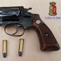 Frascati, invia alla ex moglie una foto con pistola e due proiettili e minaccia il suicidio
