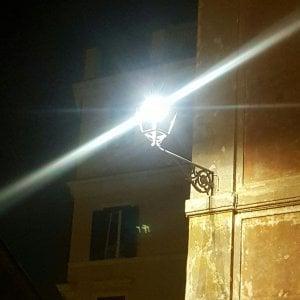 """Roma, la sommossa anti led nei vicoli del centro: """"Sì alle vecchie luci"""" - Sondaggio"""