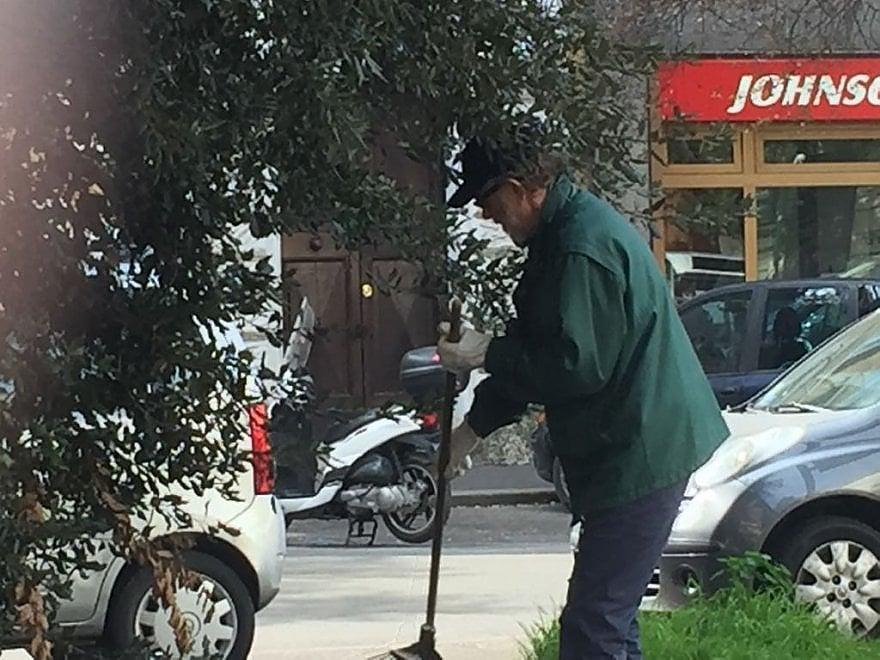 Ramazza e paletta, De Gregori pulisce via Settembrini insieme ai residenti