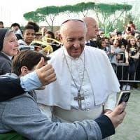 Bagno di folla per il Papa in visita alla parrocchia di Ottavia