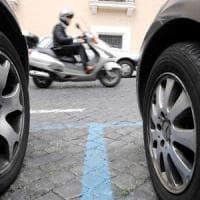Roma, il parchimetro non ha il bancomat? Sosta gratis sulle strisce blu