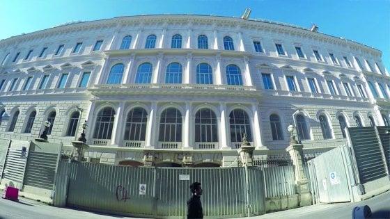 Roma, nel degrado di piazza Dante all'Esquilino la nuova casa degli 007 italiani