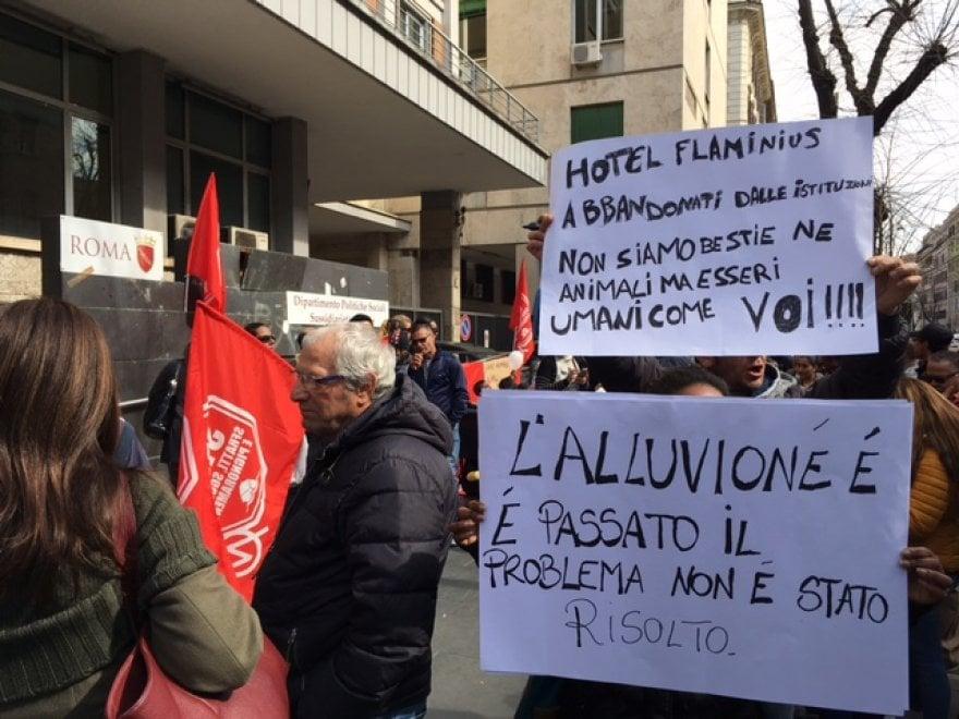 Roma, in piazza le famiglie sgomberate in via Prenestina