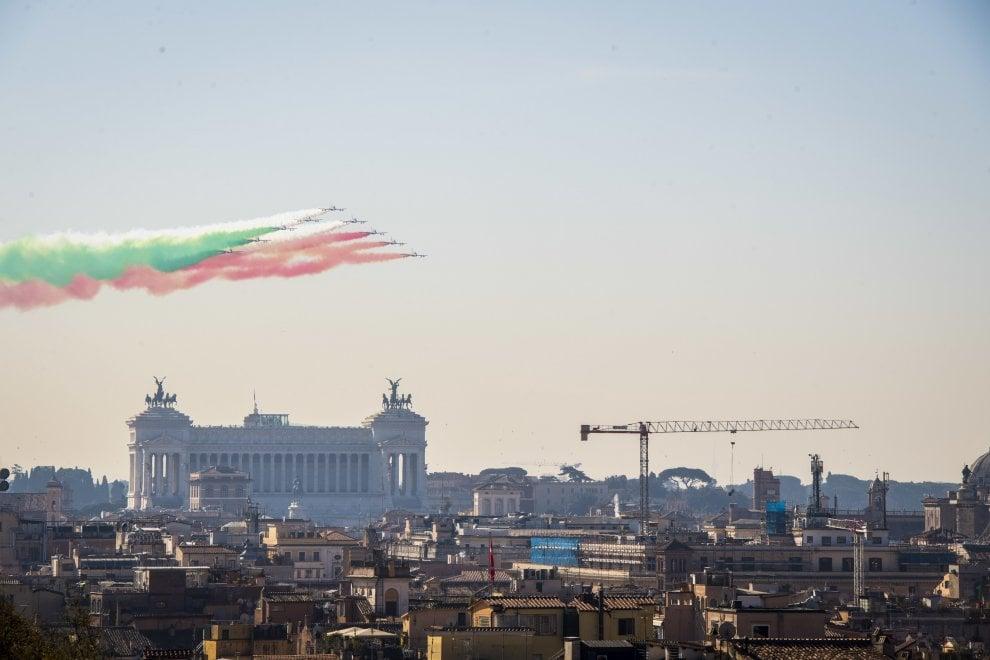Le frecce tricolori sul cielo di Roma per la festa dell'Unità d'Italia