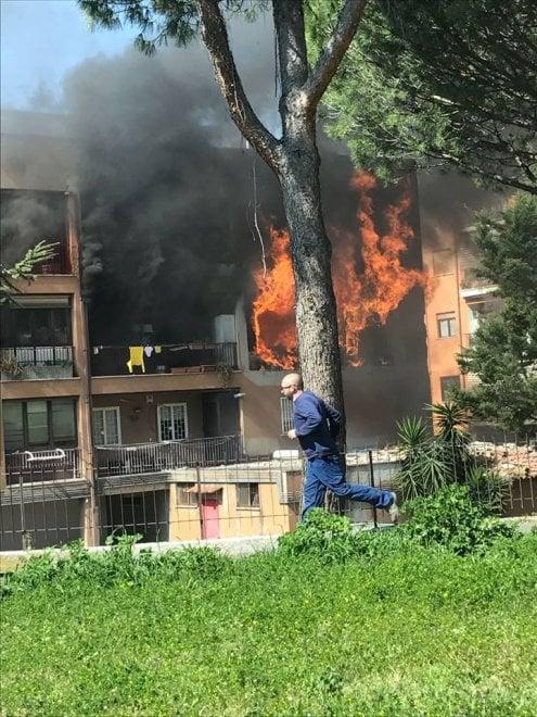 Mentana, fiamme in un appartamento: muore una settantenne