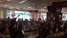 Il flash mob in libreria sui versi di Brecht